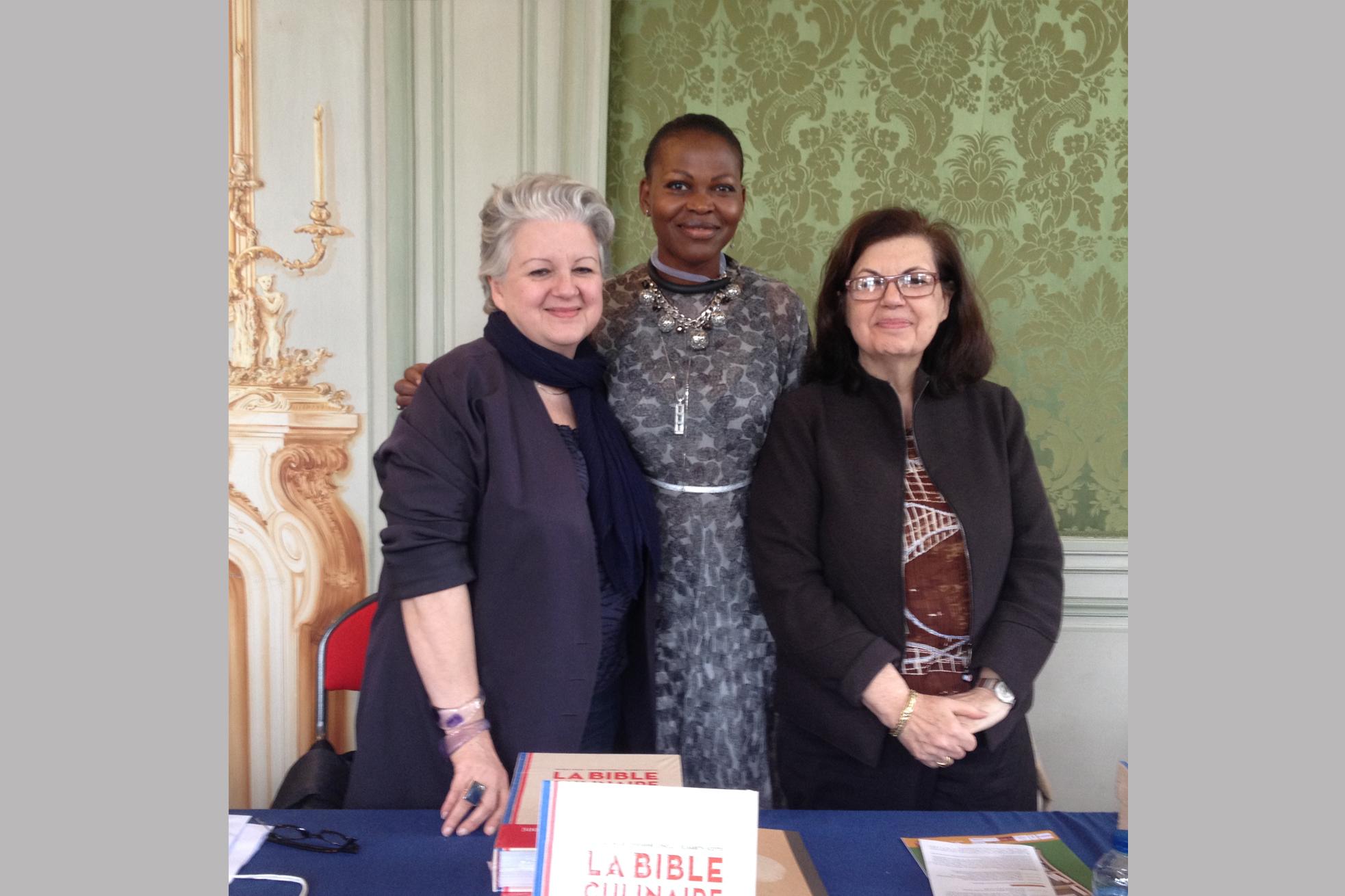 Dédicacer mes ouvrages à côté des sœurs SCOTTO à la Journée du Livre, Asnières. «Je suis Marianne »